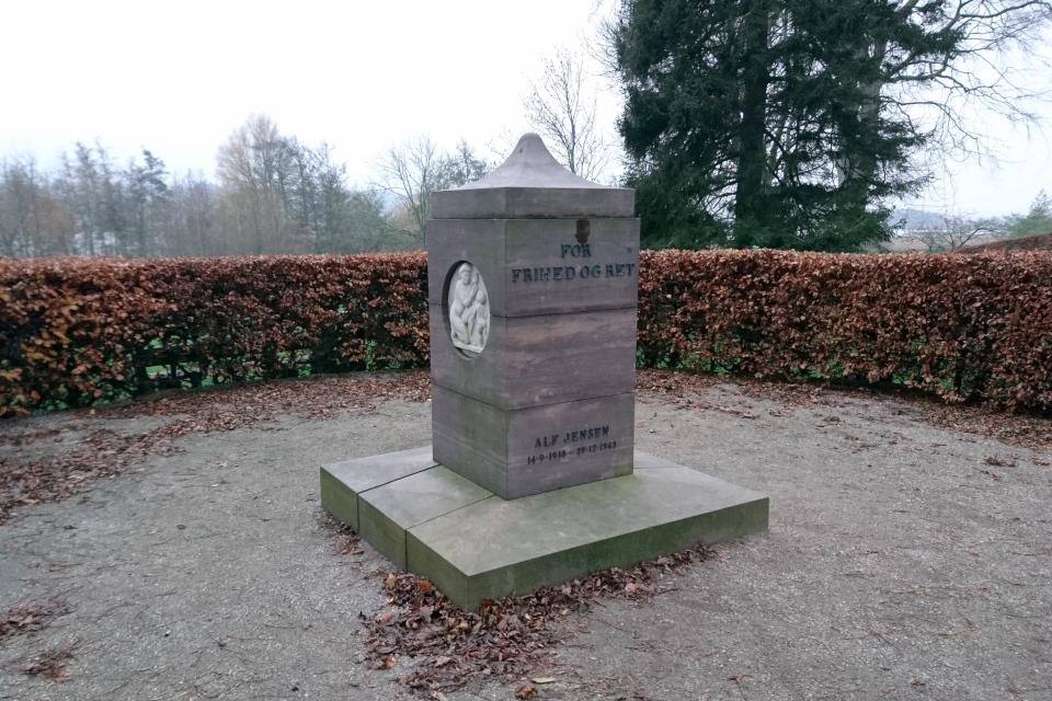 Памятник участнику Сопротивления Альф Толбой Йенсен на холме в г. Брабранд, Дания. Фото 25 нояб. 2020