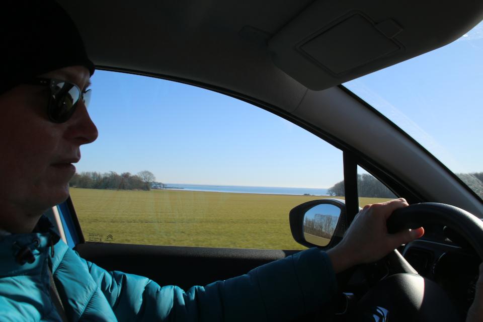 Вид из машины на берег моря. 9 мар. 2021, Оддер, Дания