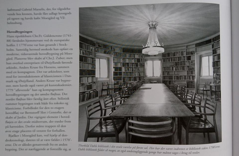Фотография овального кабинета с библиотекой Торкильда Даль в усадьбе Мосгорд