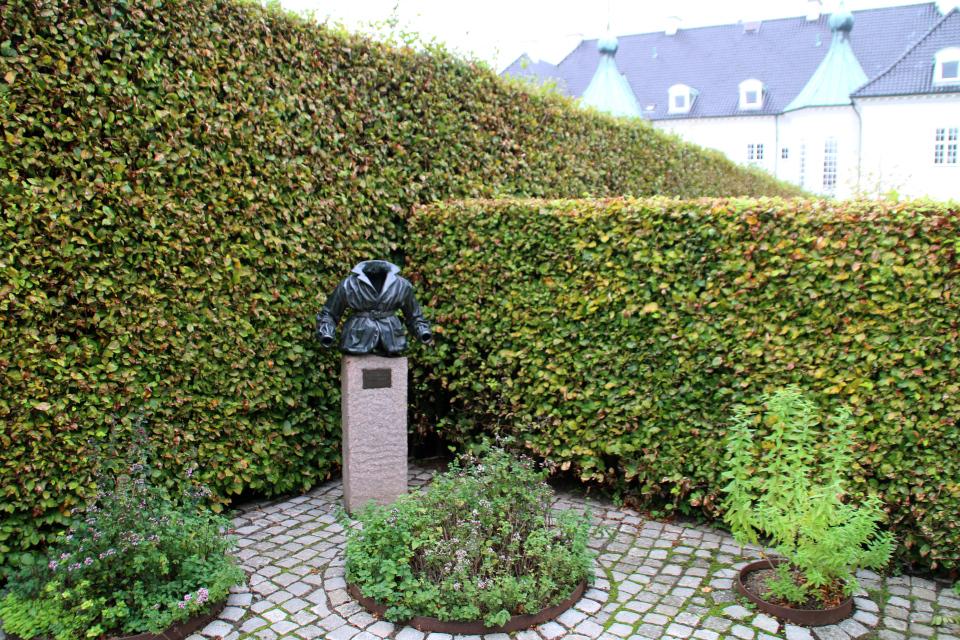 Кафтанчик властелина колец в парке возле дворца Марселисборг