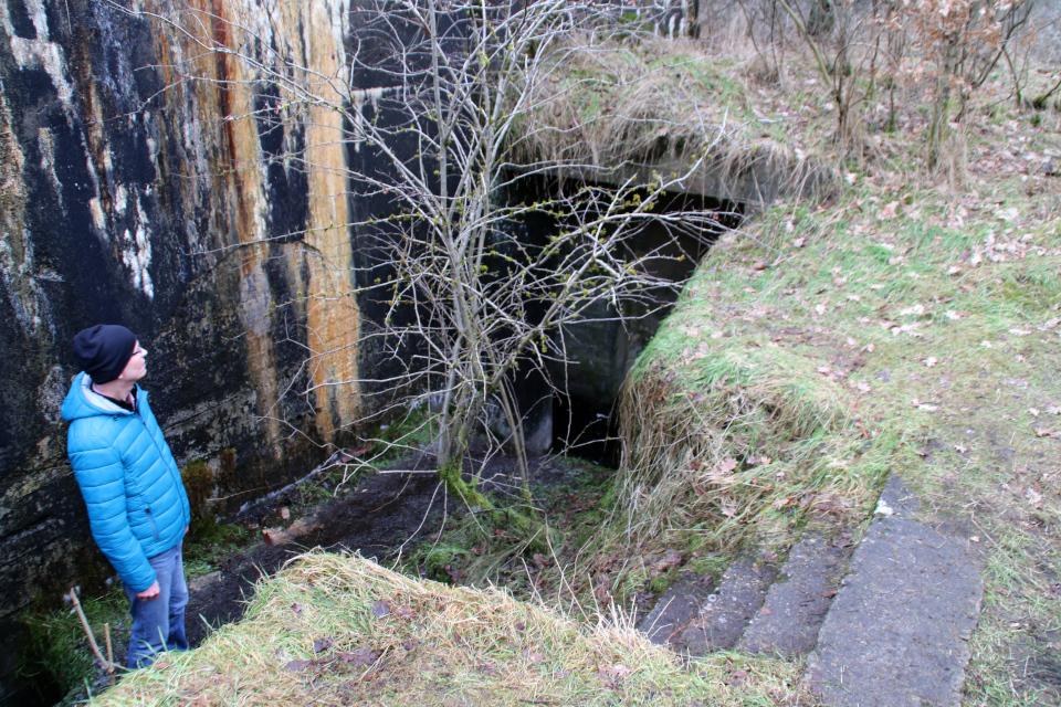 Бетонная лестница в подземный бункер летного поля Рю, Дания