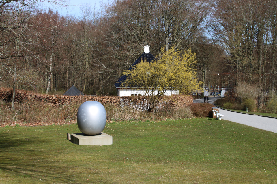 Суперъяйцо у входа в парк Марселисборг, г. Орхус, Дания