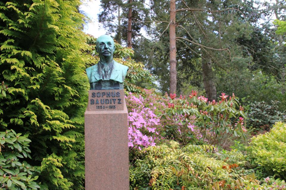 Памятник Софус Баудиц. Ботанический сад Орхус 18 мая 2021, Дания