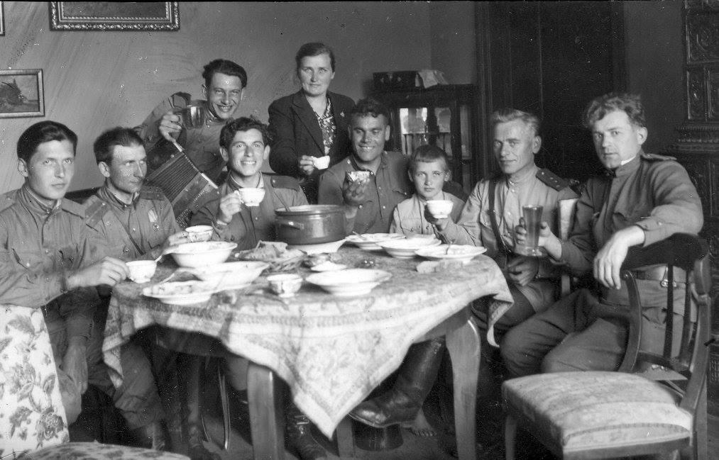 Дедушка Бурмистров Федор Иванович (2 ой справа), папа (третий справа), бабушка (посредине)