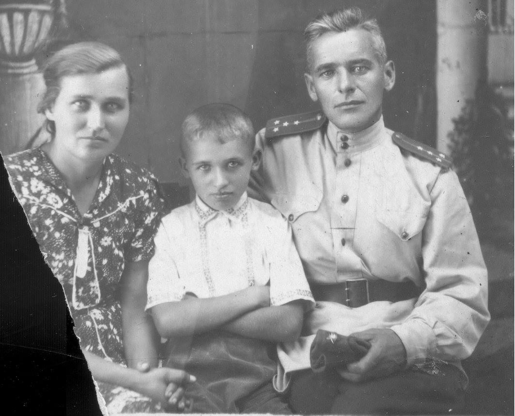 Бабушка, папа Геннадий и дедушка Бурмистров Федор Иванович