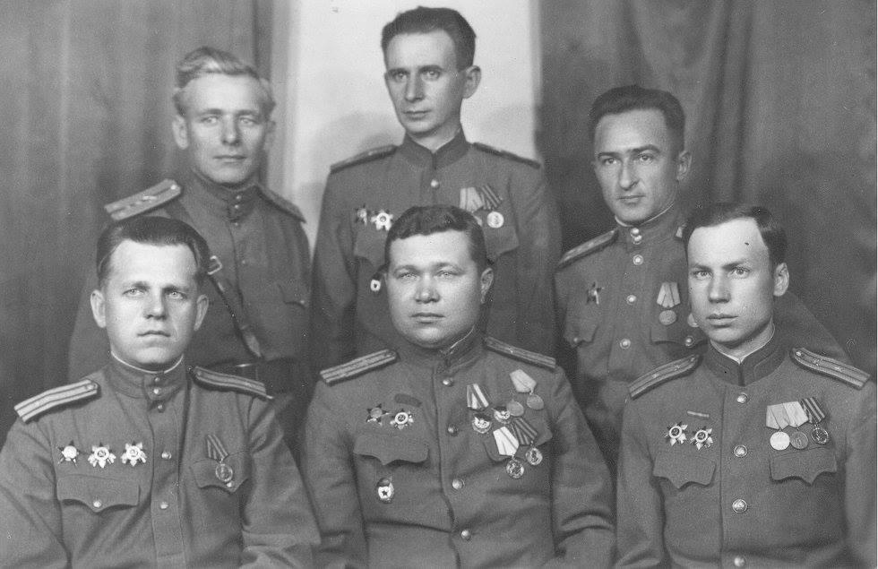 Дедушка Бурмистров Федор Иванович , в верхнем ряду слева