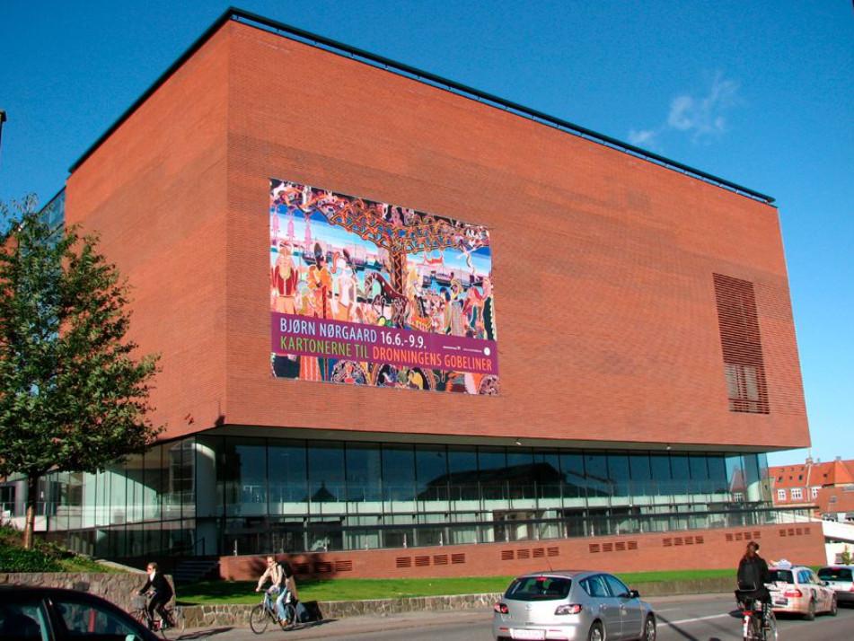 """Стена музей Арос без """"радуги"""" с рекламой выставки гобеленов для королевы датского художника Бьорн Норгаард (Bjørn Nørgaard). Фото 3 сент. 2007, г. Орхус, Дания. Фотографию я сделала для местного архива Орхуса, где в то время работала."""
