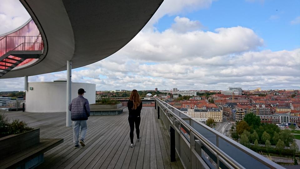 Вид на город с крыши музея Арос под радужной панорамой, г. Орхус, Дания. Фото 9 окт. 2019