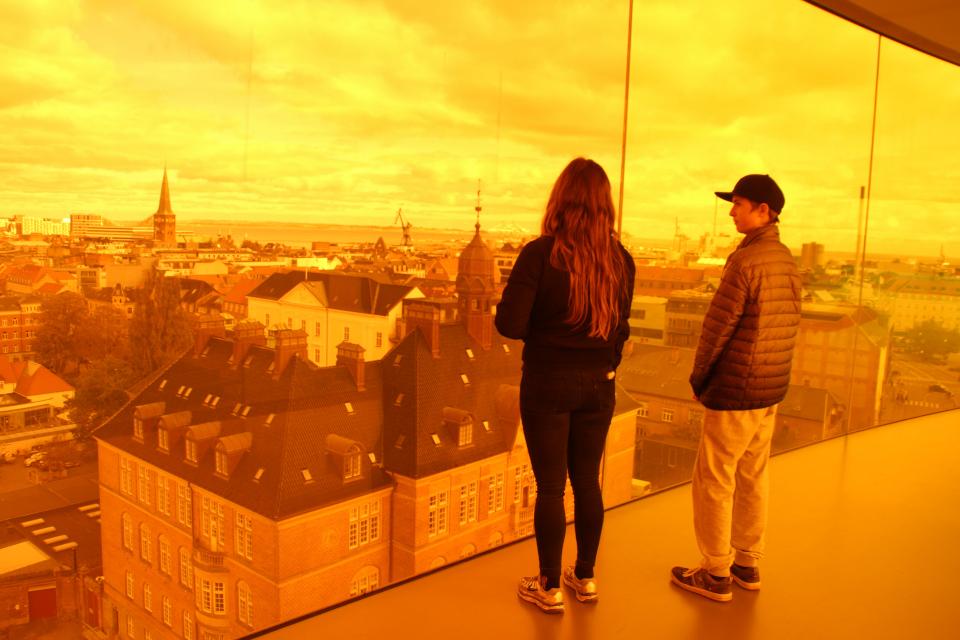 Оранжевое здание городского суда Орхуса. Фото 9 окт. 2019, радужная панорама музея Арос, г. Орхус, Дания