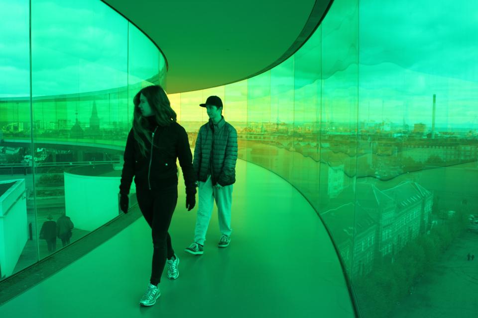 Музыкальная школа Орхуса в зеленом цвете (внизу справа). Фото 9 окт. 2019, радужная панорама музея Арос, г. Орхус, Дания