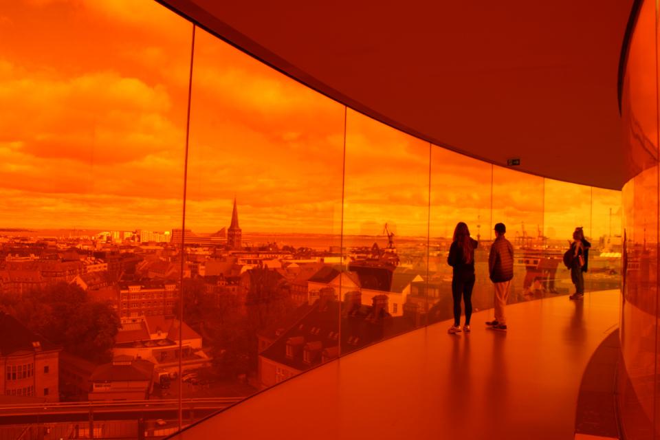 Вид на морской порт Орхуса и Орхус Доклендс. Фото 9 окт. 2019, радужная панорама музея Арос, г. Орхус, Дания