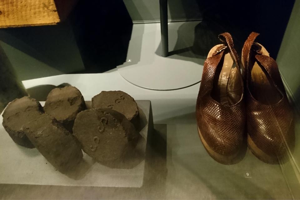 Обувь, спресованный торф. Выставка оккупации Дании в музее Рандерс, 25 июл. 2019