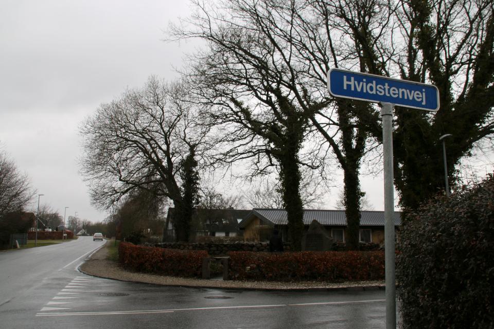 Мемориальный комплекс возле дороги Hvidstenvej. Видстен. Дания. Фото 28 мар. 2021