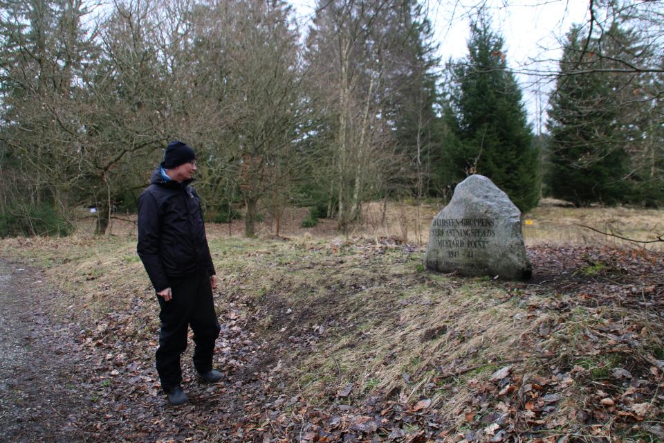 """Памятный камень """"Группа Видстен"""" недалеко от места, где сбрасывались контейнеры на парашютах. Гассум, Дания. Фото 28 мар. 2021"""