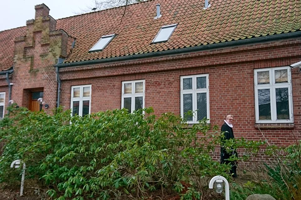 Приходской священник идет из своего дома на службу в церковь Вибю, Дания. Фото 7 фев. 2020