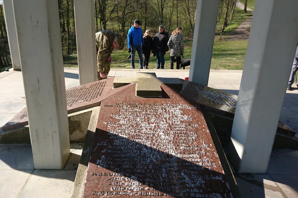 Имена участников движения Сопротивления на монументе Клоккастаблен. Фото 17 апр. 2019, Скамлингсбанкен, Дания
