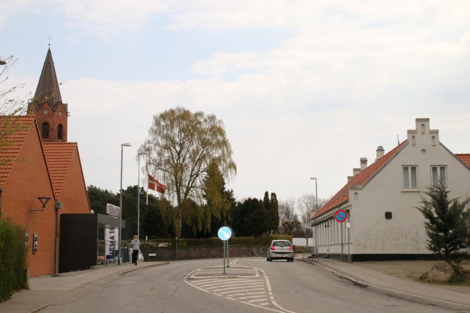 Церковь (в глубине слева) и постоялый двор (справа). Фото 30 апр. 2021, Холме, Дания