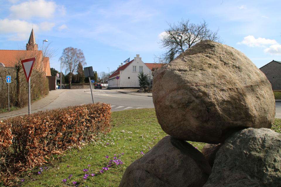 Памятный камень освобождения Дании в Хольме, вид с обратной стороны. Фото 30 апр. 2021, Холме, Дания