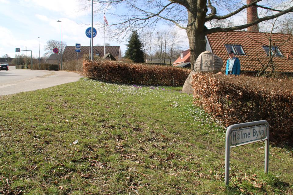 Угол дороги Holme Byvej возле памятника. Фото 30 апр. 2021, Холме, Дания