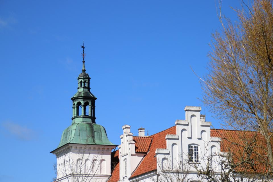 Ступенчатый щипец, башня и флюгер. Поместье Майлгорд (Meilgaard gods). 25 апр. 2021, Глесборг, Дания