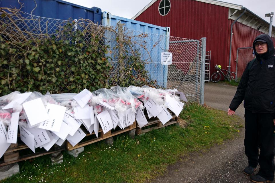 Комплекты для сбора мусора добровольцами. Мусоросортировочный комплекс Эскелунд, Орхус, Дания. 5 мая 2021