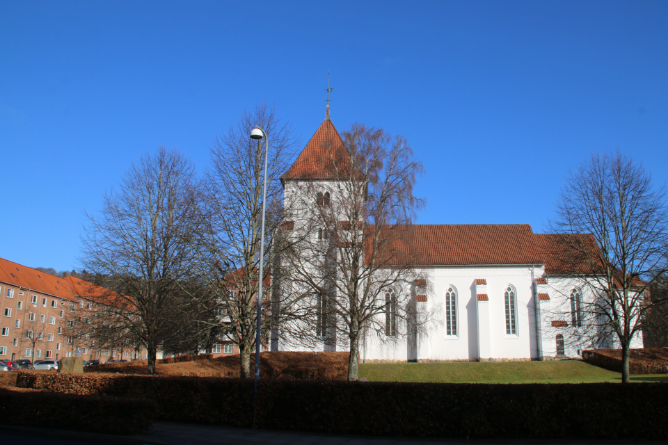 Церковь св. Иоханнес, памятник - посреди живой ограды из бука (с левой стороны). Фото 26 фев. 2021, г. Вайле, Дания