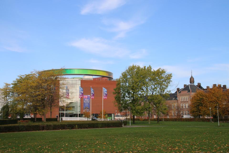 Музей Арос с радужной панорамой и задние городского суда (в глубине справа) в Орхусе, Дания. Фото 28 окт. 2020