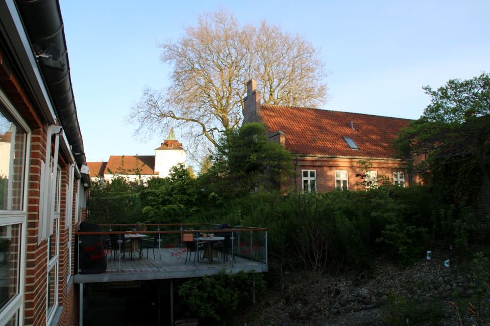 Дом миссионеров (слева), дом священника в Вибю (справа), в глубине - церковь Вибю. Фото 20 мая 2021, г. Вибю (Орхус), Дания