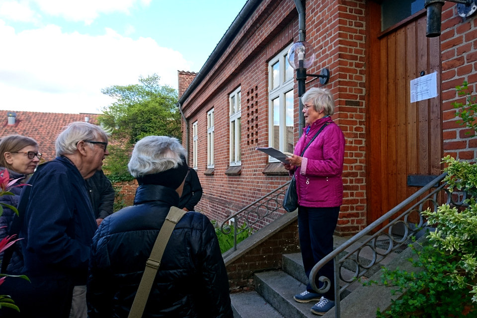 Экскурсовод рассказывает про историю дома священника в Вибю. Фото 20 мая 2021, г. Вибю (Орхус), Дания