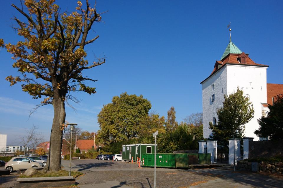 Площадь перед церковью c дубом и памятным камнем. Фото 15 окт. 2018, Вибю, Дания