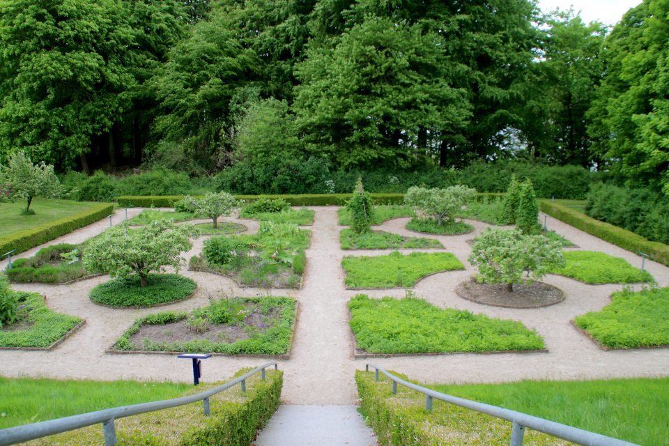 Монастырский сад Асмильд. Фото 2 июн. 2021, г. Виборг, Дания