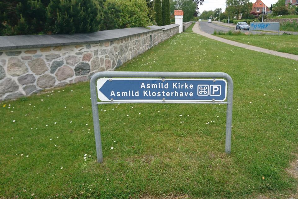 Туристическая табличка у входа на территорию церкви и монастырского сад Асмильд, г. Виборг, Дания. Фото 2 июн. 2021