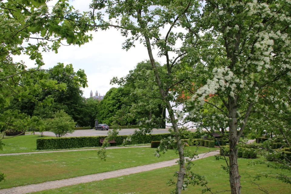 Собор Виборга в глубине и парковка на месте бывшего монастыря возле церкви Асмильд, г. Виборг, Дания. Фото 2 июн. 2021