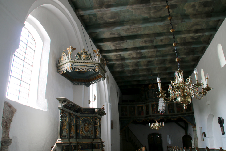 Люстра и кафедра. Фото 2 июн. 2021, церковь Асмильд, Виборг, Дания
