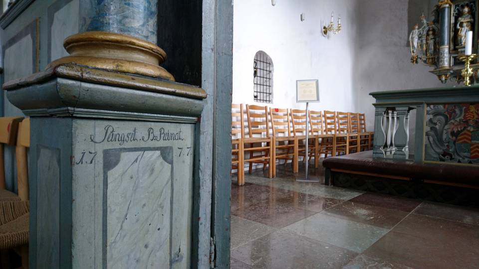 У входа в алтарь. Фото 2 июн. 2021, церковь Асмильд, Виборг, Дания