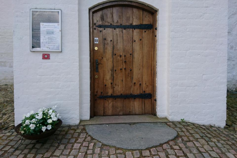Входная дверь в церковь Асмильд. Фото 2 июн. 2021, Виборг, Дания