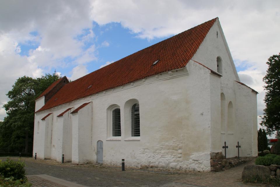 Церковь Асмильд - вид со стороны расположения бывшего монастыря, г. Виборг, Дания. Фото 2 июн. 2021