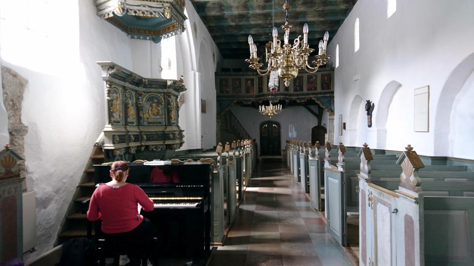 Пианино возле кафедры. Фото 2 июн. 2021, церковь Асмильд, Виборг, Дания
