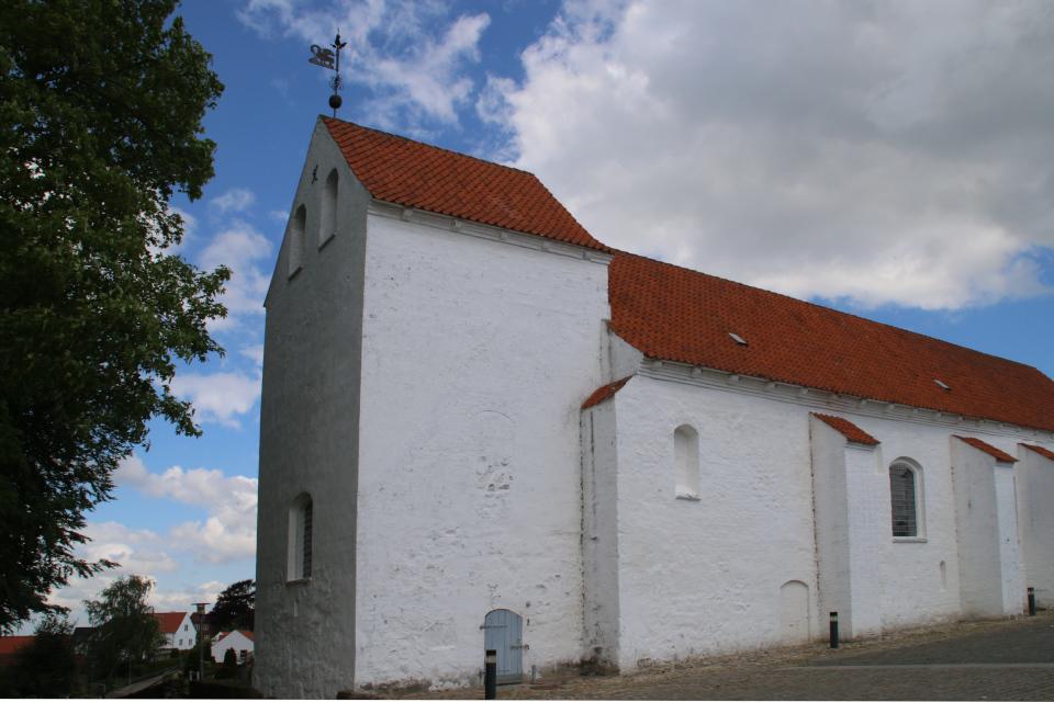 Башня церкви с флюгером. Фото 2 июн. 2021, церковь Асмильд, Виборг, Дания