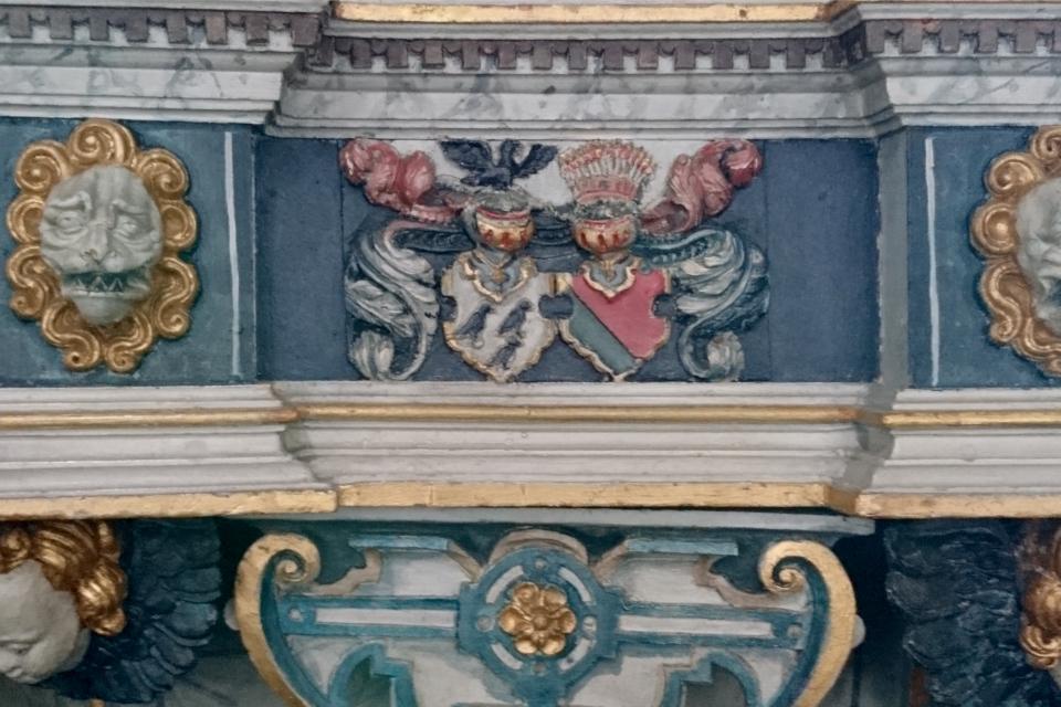 Фамильные гербы, украшающие кафедру. Фото 2 июн. 2021, церковь Асмильд, Виборг, Дания