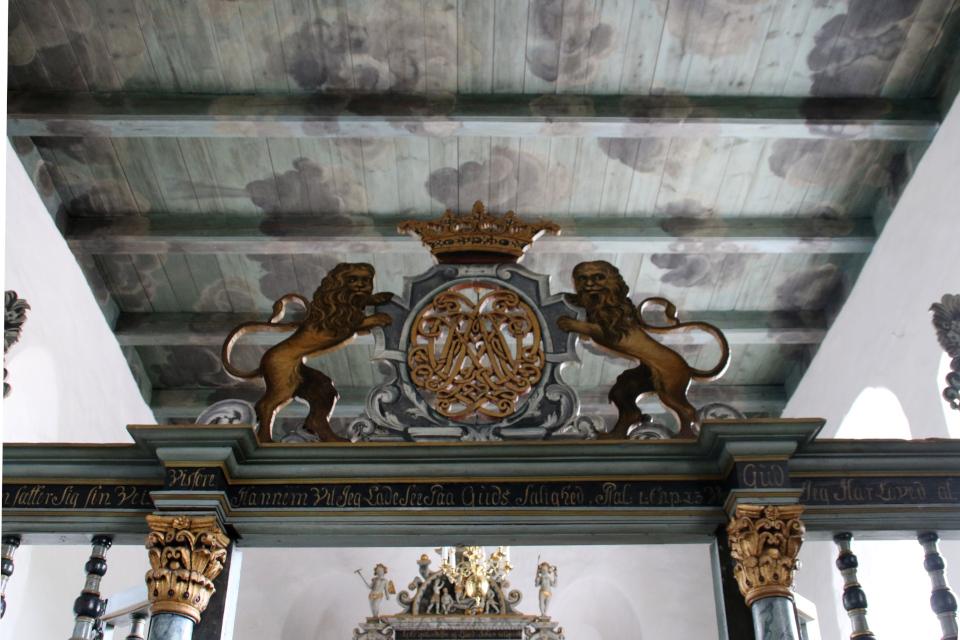 Монограмма на алтарем. Фото 2 июн. 2021, церковь Асмильд, Виборг, Дания