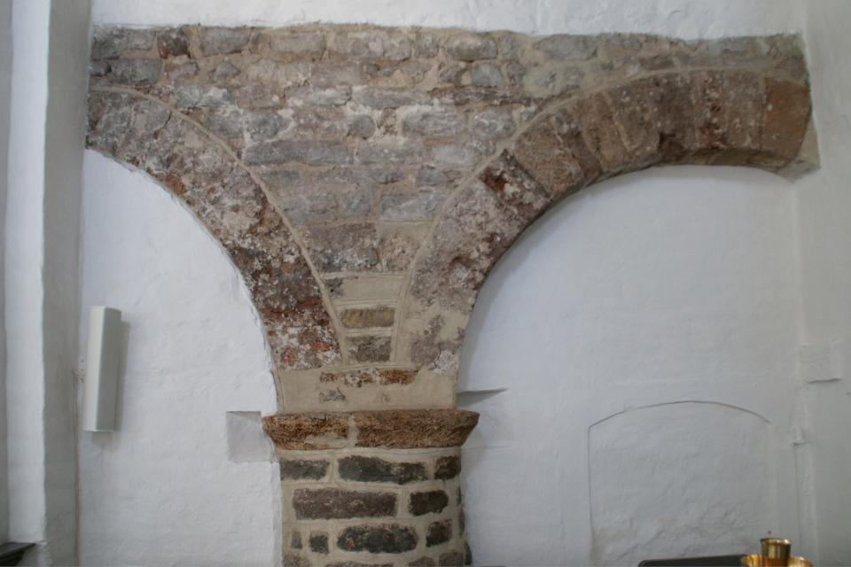 Каменная арка бывшего монастыря Асмильд. Фото 2 июн. 2021, Виборг, Дания