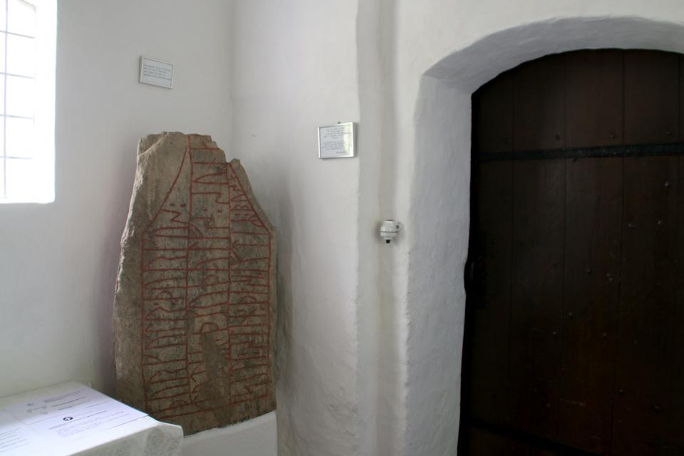Рунный камень внутри башни церкви Асмильд. Фото 2 июн. 2021, Виборг, Дания