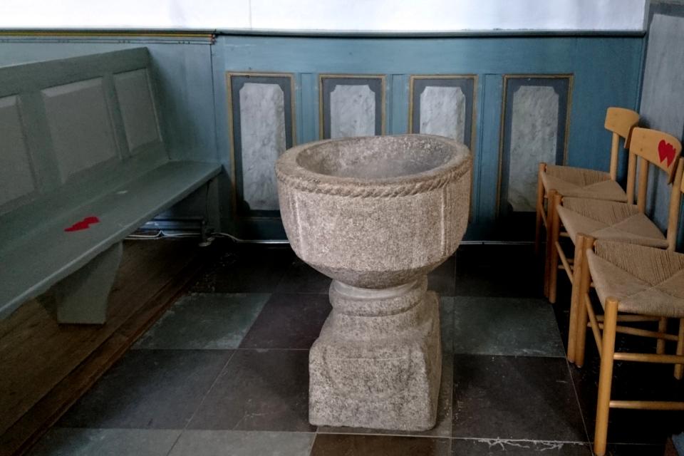 Романская крестильная купель. Фото 2 июн. 2021, церковь Асмильд, Виборг, Дания