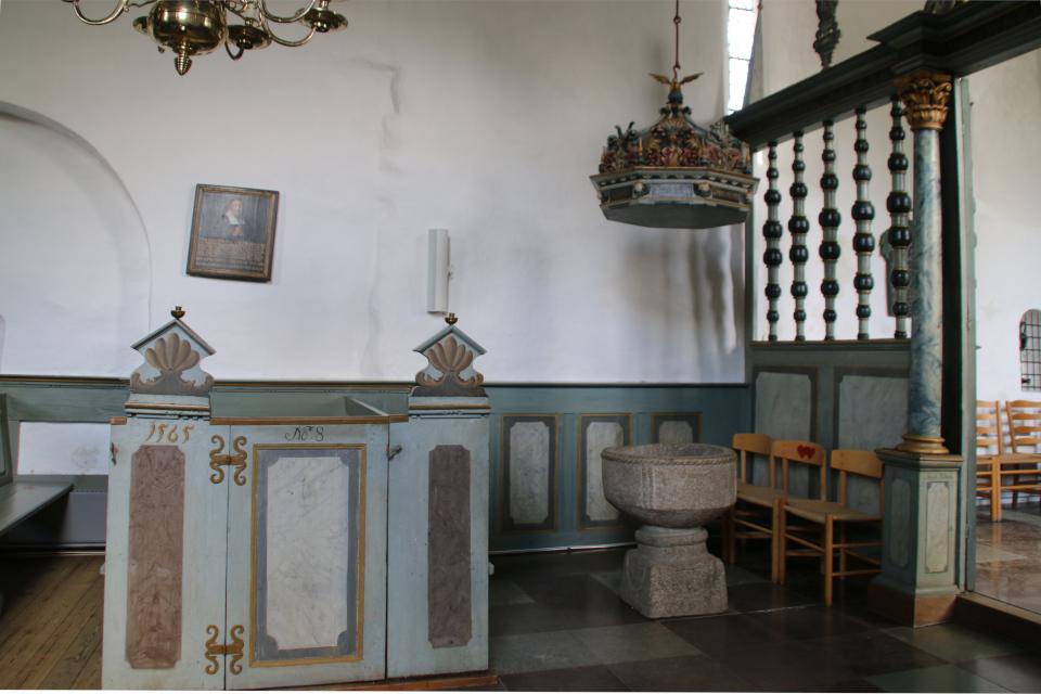Крестильная купель. Фото 2 июн. 2021, церковь Асмильд, Виборг, Дания