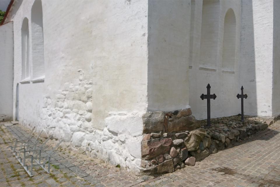 Каменный фундамент церкви Асмильд г. Виборг, Дания. Фото 2 июн. 2021