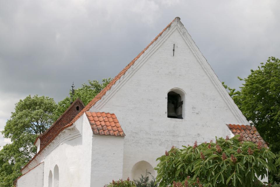 Старый колокол внутри церкви Асмильд, г. Виборг, Дания. Фото 2 июн. 2021