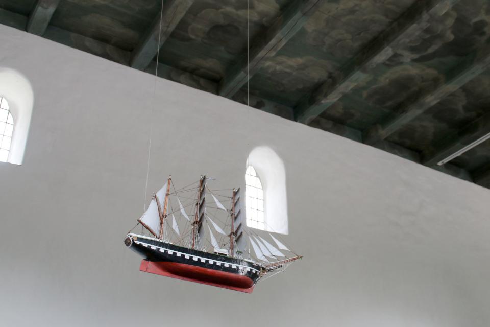 Корабль над потолком. Фото 2 июн. 2021, церковь Асмильд, Виборг, Дания