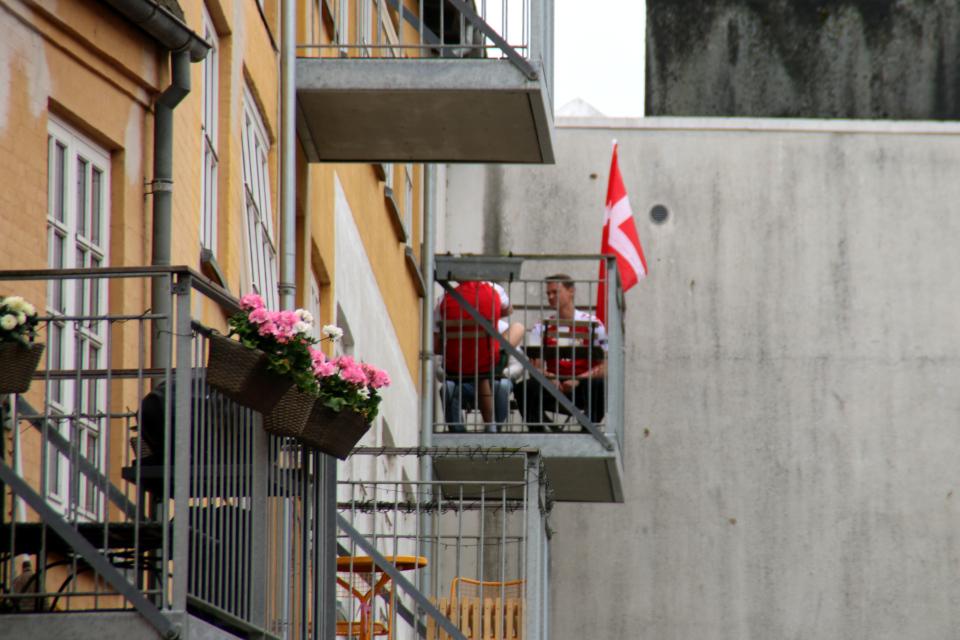 Flag for Danmark. Gård Mindegade 6. Флаг за Данию. 26 июн 2021