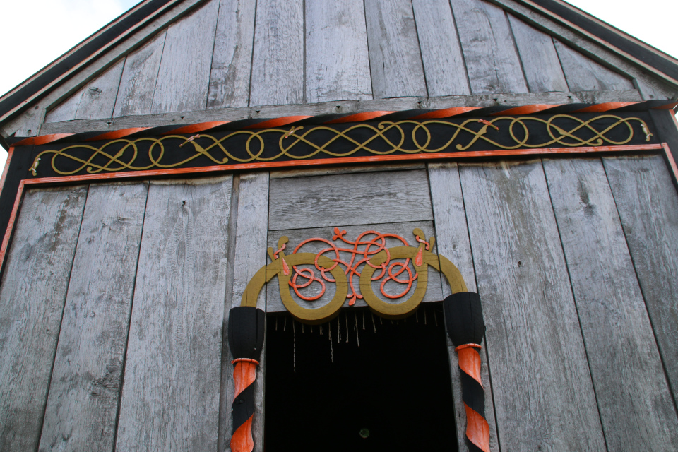 Украшения со стороны входной двери. Деревянная церковь викингов Хёрнинг, г. Орхус, Дания. Фото 2 июл. 2021